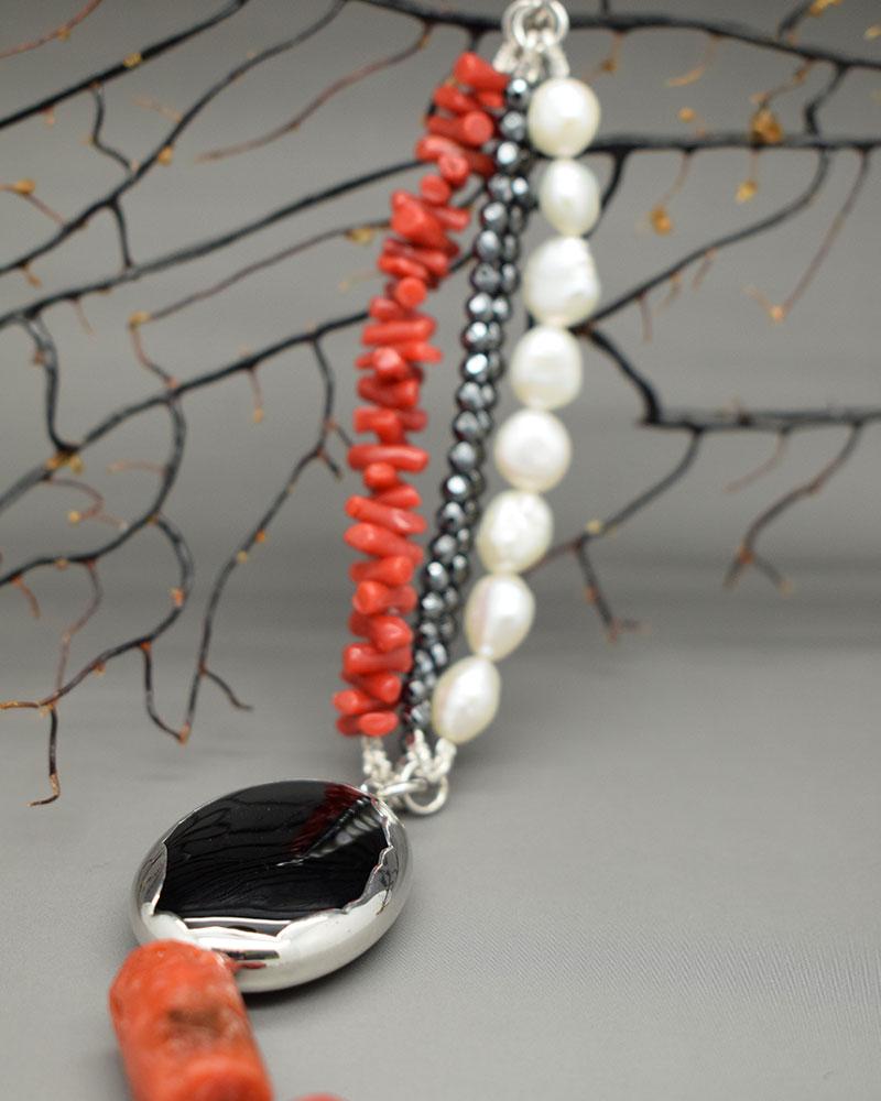 Bracciale con corallo rosso , onice, perle di fiume ed ematite sfaccettata