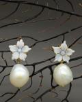 Orecchini con cammei a forma di fiore e perle scaramazze