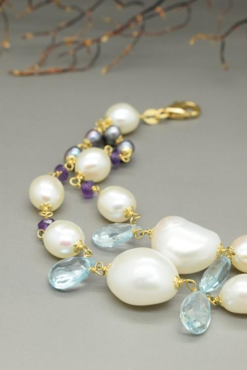 Bracciale con perle bianche e nere, ametista e topazio azzurro in oro giallo 18k