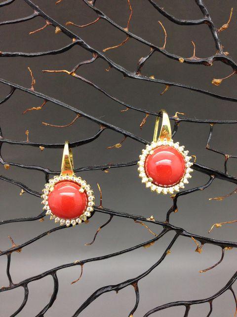 Orecchini di corallo rosso in oro 18k con montatura a monachina