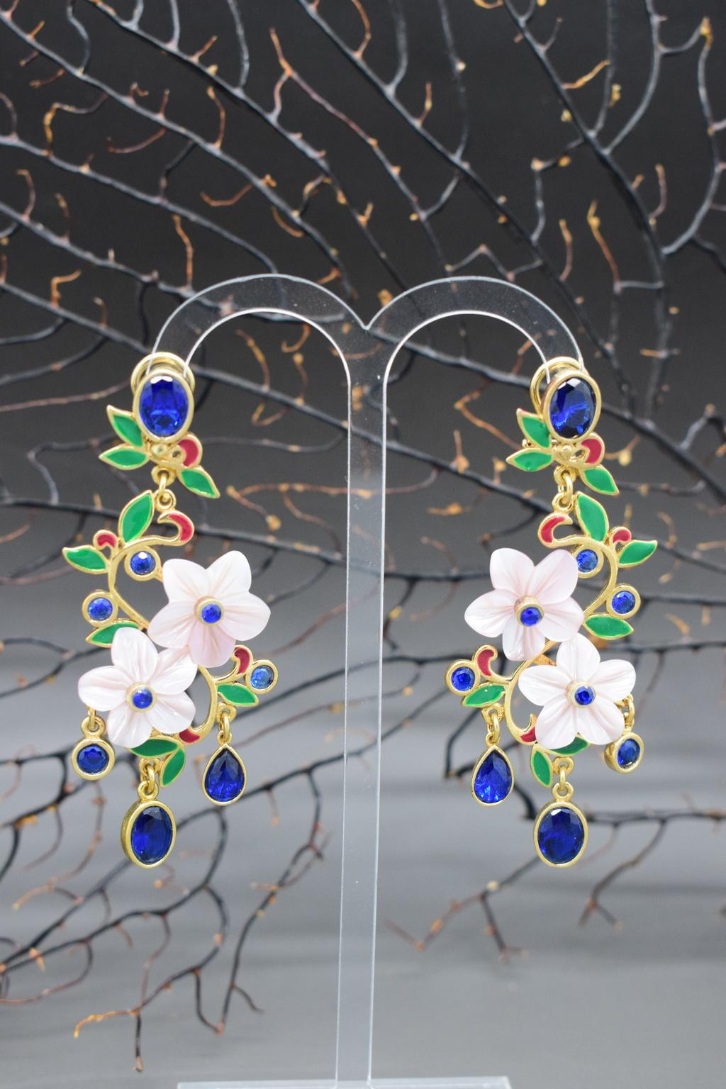 orecchini lunghi con fiori di madreperla e quarzi blu