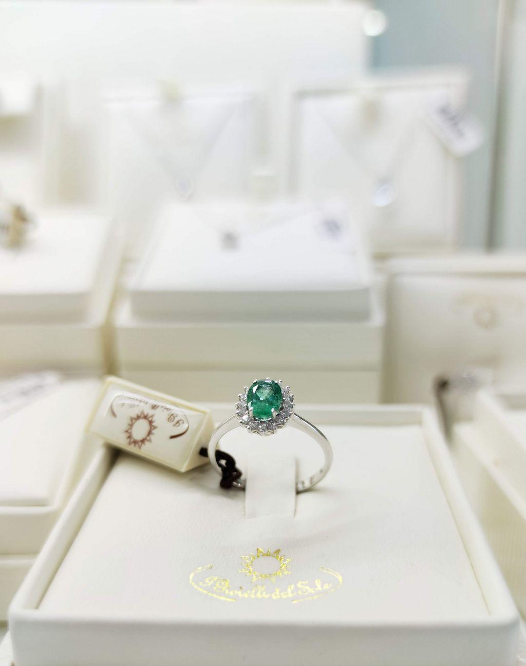 anello smeraldi diamanti oro