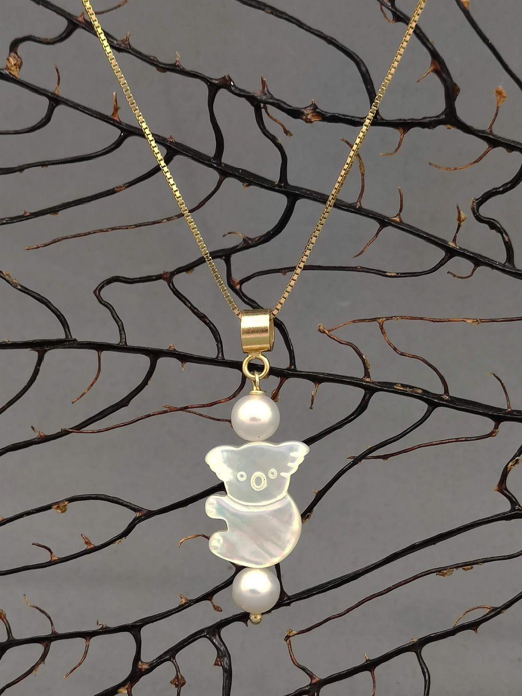 Ciondolo koala di madreperla con perle in argento dorato creato per contribuire a ricreare l'habitat dei koala. Donazione per l'Australian koala Foundation
