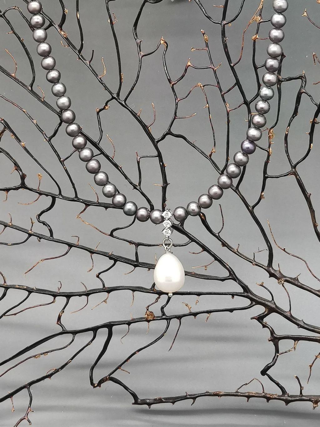 collana-perle-fiume-nere-piccole-con-perla-bianca-goccia-centrale
